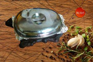 Пилешко къкрещо върху метална плоча със зеленчуци