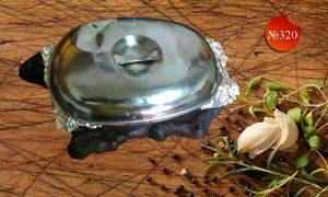 Морски деликатеси къкрещи върху метална плоча
