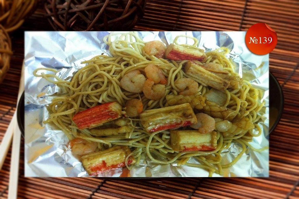 Пържени спагети с морски деликатеси
